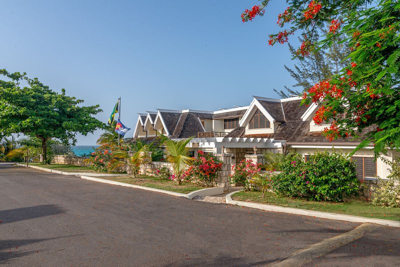 BEACHFRONT! FAMILIES WELCOME! STAFFED! INFINITY POOL! SECURITY Tallawah Villa 5, holiday rental in Silver Sands