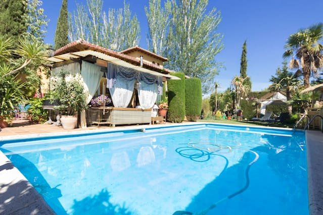 Spacious house with pool access, alquiler vacacional en Gójar