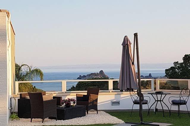 Beautiful studio with sea view, location de vacances à Aci San Filippo