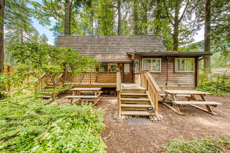 Charming, two-level A-frame w/ a balcony - close to golf & Mt. Hood skiing, vacation rental in Welches