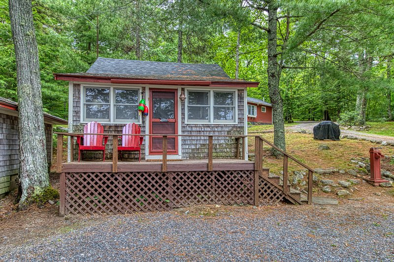 Waterfront shingled cottage w/ shared boat dock - near Acadia!, location de vacances à Bucksport
