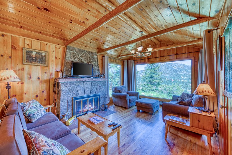 Lovely rustic cabin w/ mountain views & cozy wood-burning fireplace, vacation rental in Estes Park