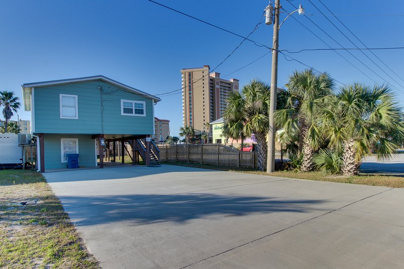 Quaint, dog-friendly house w/ a full kitchen - walking distance to the beach!, holiday rental in Gulf Shores