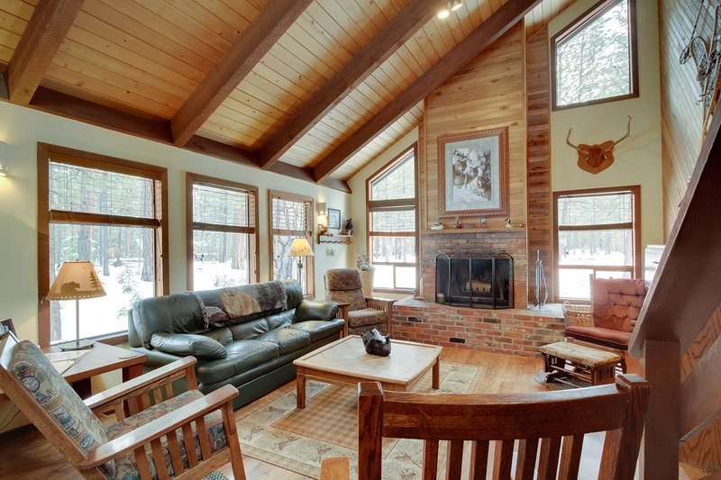 Inviting cabin w/ fireplace, private hot tub, shared pool, & tennis courts, holiday rental in Central Oregon