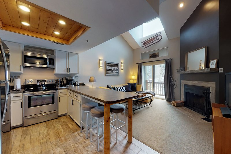 NEW LISTING!  Updated condo w/shared hot tub &fireplace - walk to ski access Chalet in Park City