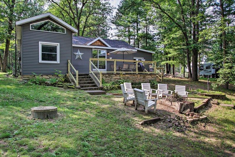 Holcombe Lakefront Cottage - Fishing & Dock!, holiday rental in Holcombe