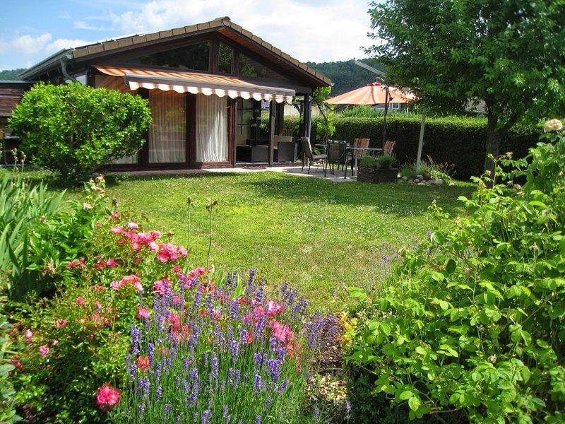 Schönes Ferienhaus auf dem Gelände des Campingplatzes Am Gülser Moselbogen, holiday rental in Welling