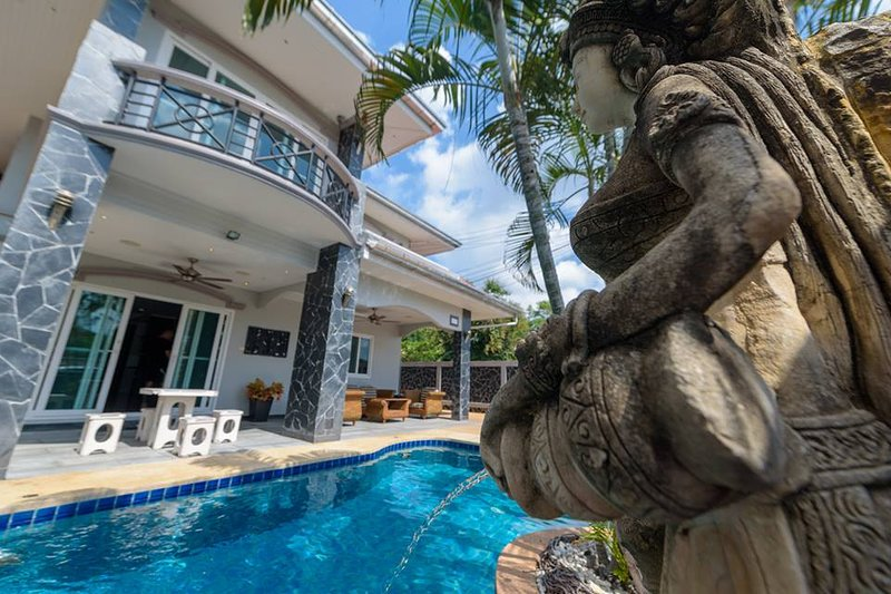 Pattaya Holiday Home 5 bed 5 bath with private pool, holiday rental in Pattaya