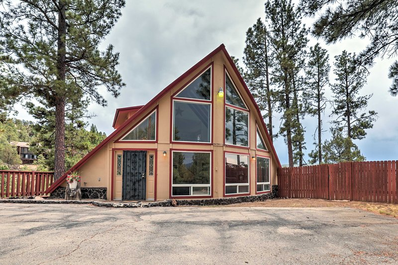 Expansive Retreat w/ Deck Near Downtown Ruidoso!, vacation rental in Ruidoso