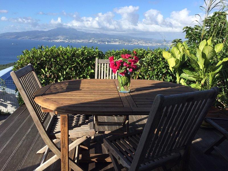 Terraza frente a la bahía de Fort de France para cenar con amigos o con amigos.