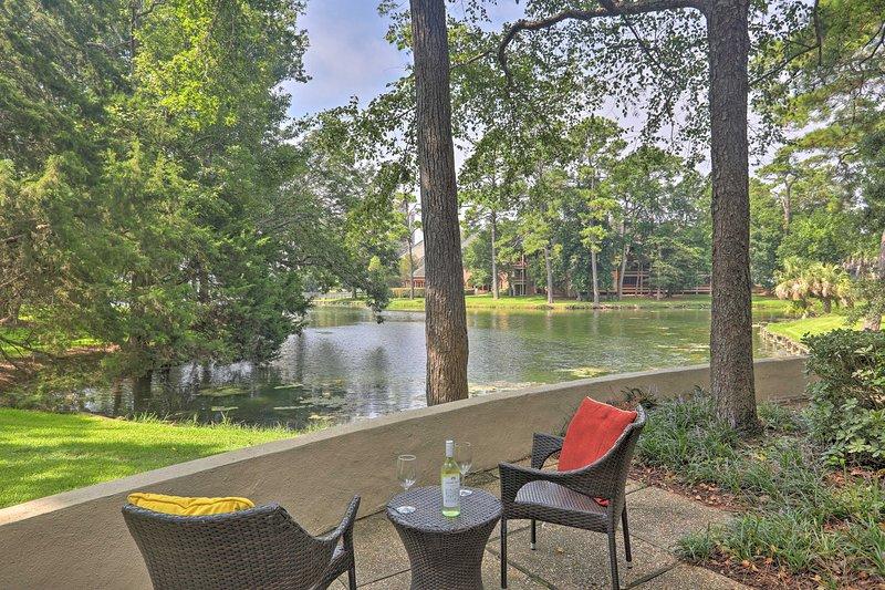 Peaceful Kingston Plantation Escape w/ Lake Views!, holiday rental in Arcadian Shores