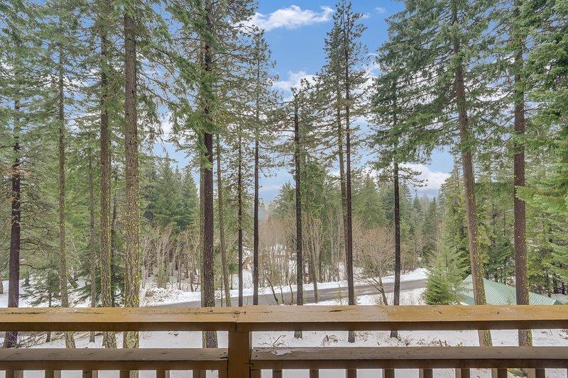 New listing! Gorgeous family-friendly home with private hot tub & mountain views, aluguéis de temporada em Coles Corner