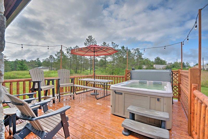 Rustic Benezette Cabin w/Porch, Hot Tub & Fire Pit, location de vacances à Penfield