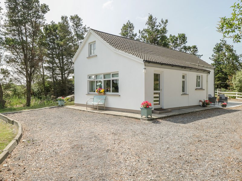 CARNA CHALET, en-suite facilities, close to the coast, open plan accommodation, holiday rental in Carna