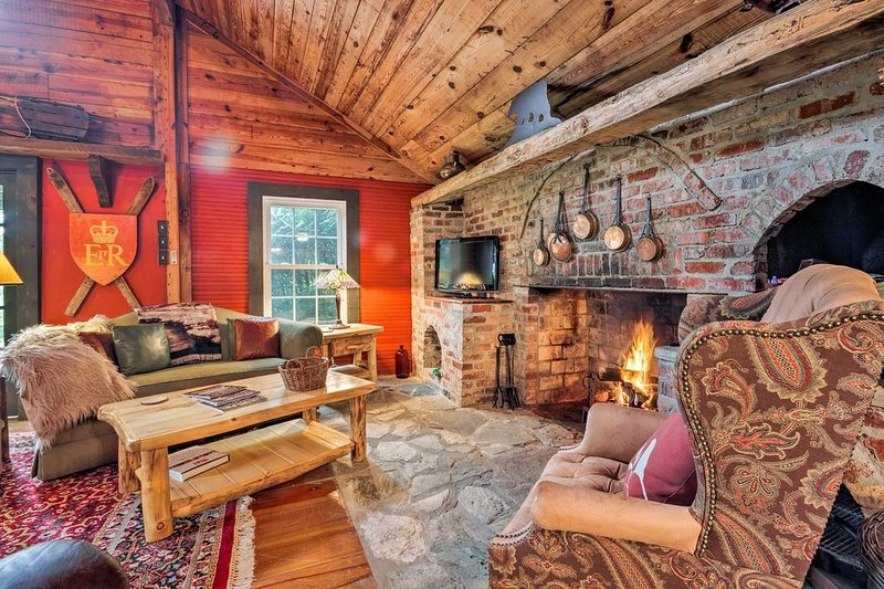 NEW! Historic Cabin in Little Switzerland w/Fire Pit. Short Walk to Village!, holiday rental in Spruce Pine