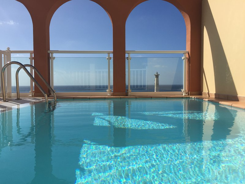 Luxurious House of the sun, Wifi free, private pool, holiday rental in Esquinzo