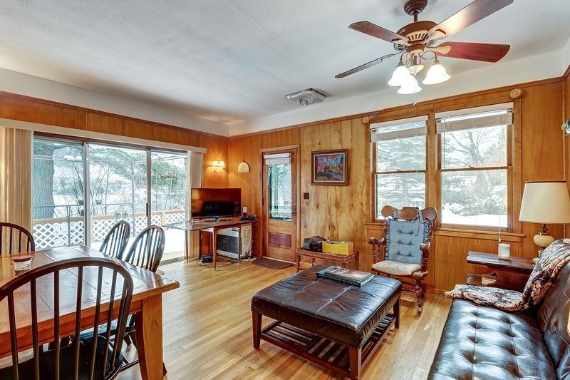 Lakefront home w/ deck facing the water - great for beach sports, location de vacances à Schroon Lake