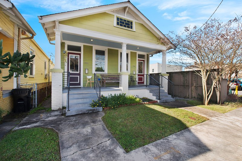 Upscale duplex only steps away from Magazine Street, kitchen, WiFi!, vacation rental in Marrero