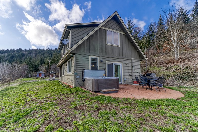 Mountain cabin on five acres w/ a private hot tub & Mt. Hood view - two dogs OK!, casa vacanza a Trout Lake