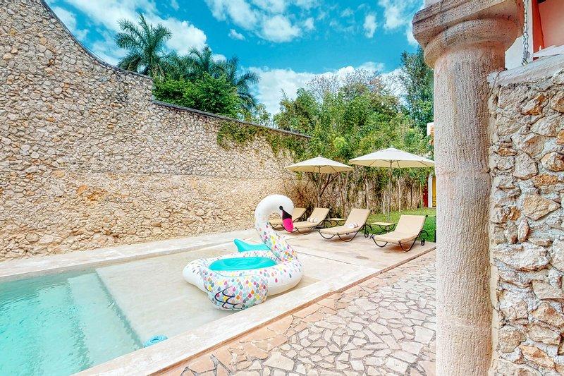 Romantic villa in centrally located hacienda w/ shared pool, garden & solarium!, vacation rental in Merida