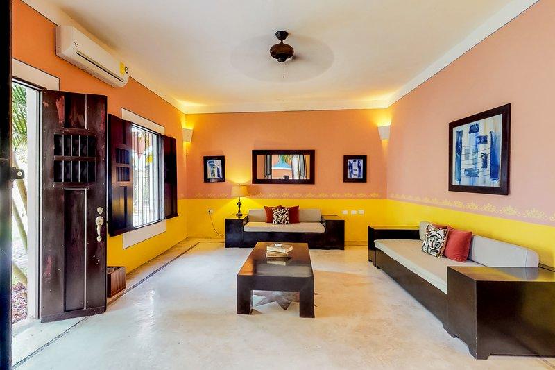 Spacious villa in great location with shared pool, garden & solarium!, vacation rental in Merida