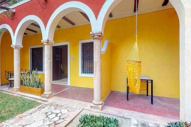 Gorgeous room for couples inside a colonial villa w/ shared pool & garden, vacation rental in Merida