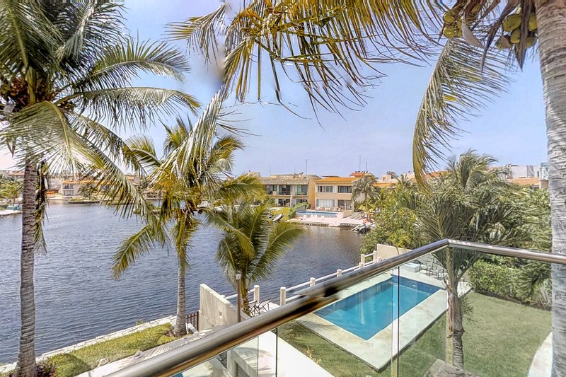 NEW LISTING! Waterfront studio in great location w/shared pool, kayaks and bikes, location de vacances à Xpu-Ha