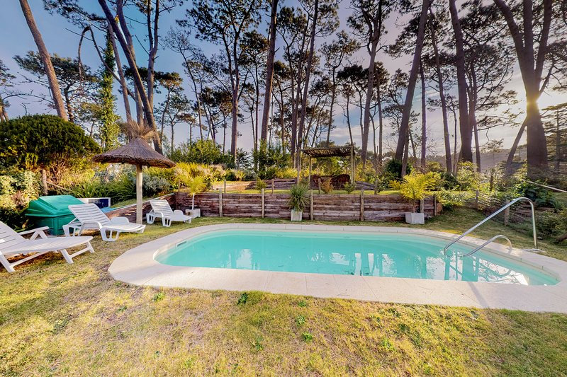 Elegant downtown chalet w/private pool, garden views, and more!, holiday rental in Punta del Este