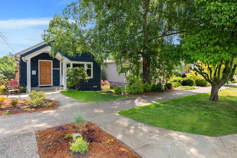 Charming cottage in amazing Seattle neighborhood - only 15 minutes to downtown!, location de vacances à Kirkland
