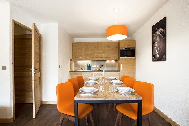 Un sacco di spazio al tavolo da pranzo e il concetto aperto è sempre piacevole per il cuoco.