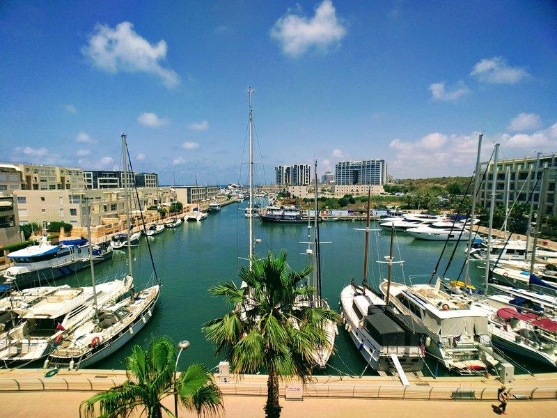 4 Bedroom Condo on the Beach and Marina with Pool, alquiler de vacaciones en Ramat Hasharon