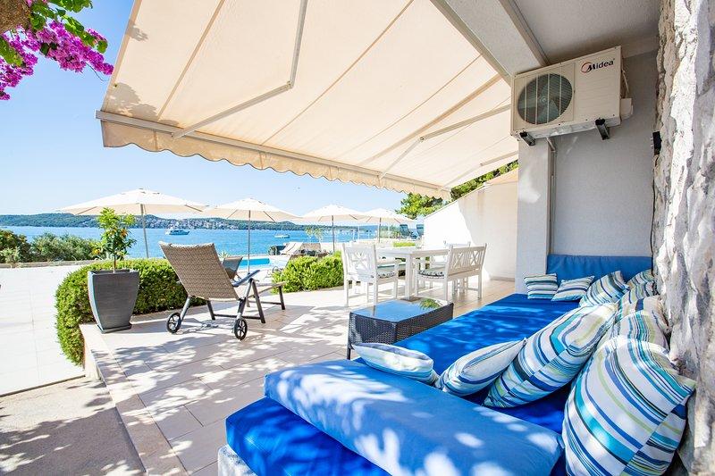 Top location 5 meters to the beach ap. Ivan! New Heated Swiming Pool!, vacation rental in Donji Seget