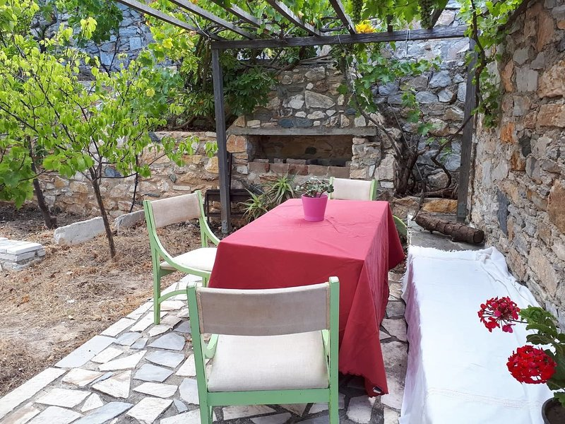 Manna Cottage, a 1/4 acre micro-farm in Siros island in Greece., location de vacances à Manna