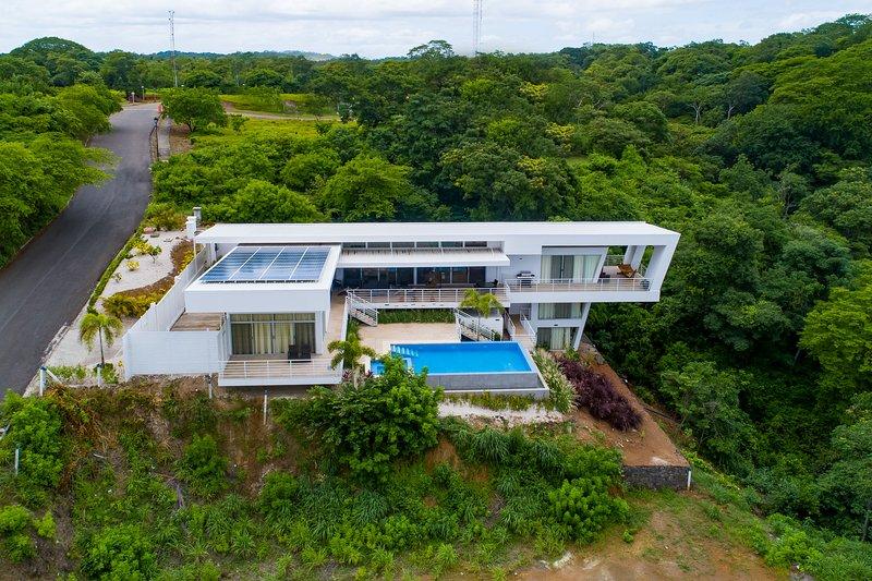 Spectacular, ultramodern villa w/ a private pool, pool spa, & ocean view!, alquiler de vacaciones en Sardinal