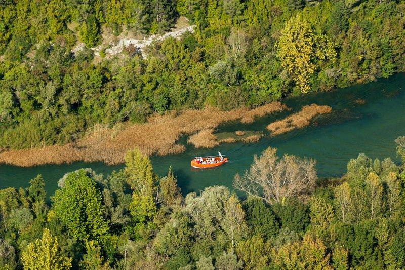 Rio Cetina cercado por montanhas e natureza intocada.