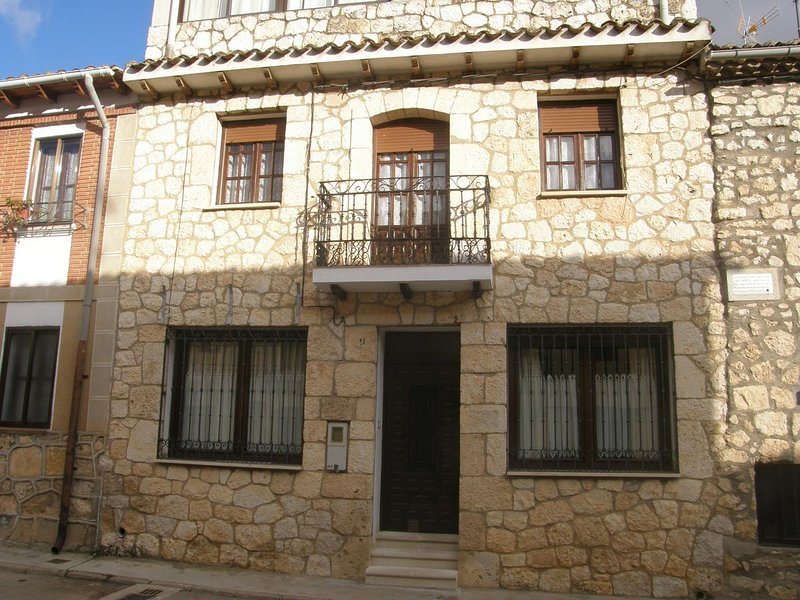 Big house with terrace & balcony, location de vacances à Langa de Duero