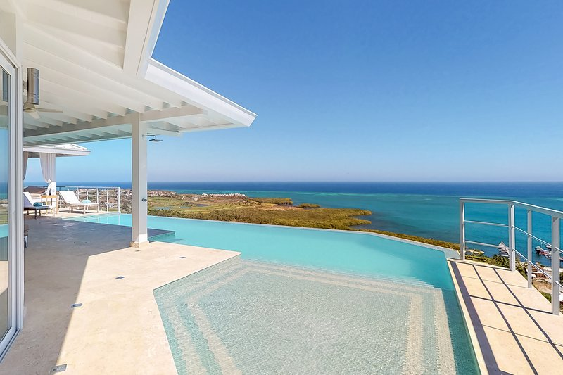 Two houses w/ private infinity pool, incredible sea views, grill & hammocks!, vacation rental in French Harbour