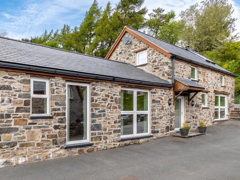 BWYTHYN CLYCHAU'R GOG, exposed wooden beams, en-suite, valley views, Ref 29637, holiday rental in Pentre-Llyn-Cymmer