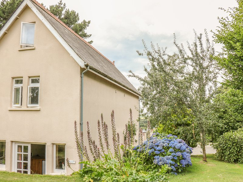LAVENDER COTTAGE, romantic cottage, dog-friendly, en-suite, private patio, in, vacation rental in Barnstaple