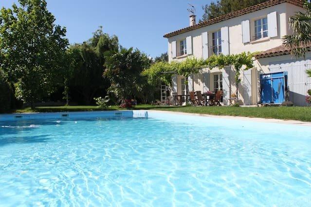 Spacious villa with swimming-pool, location de vacances à Villelaure