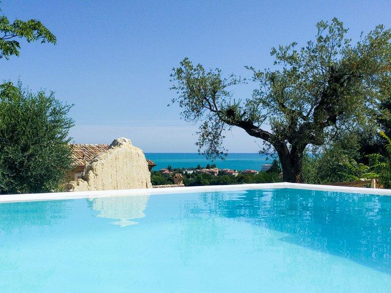 Marina di Massignano Villa Sleeps 18 with Pool and Air Con - 5810354, vacation rental in Cupra Marittima