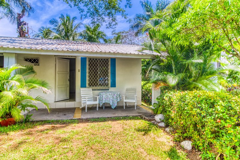 Cute villa at beachfront property w/ shared pool & beautiful gardens!, vacation rental in Puntarenas
