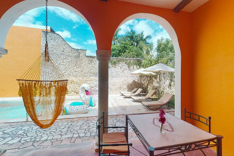 Spacious villa for two in great location w/ shared pool, garden & solarium!, vacation rental in Merida