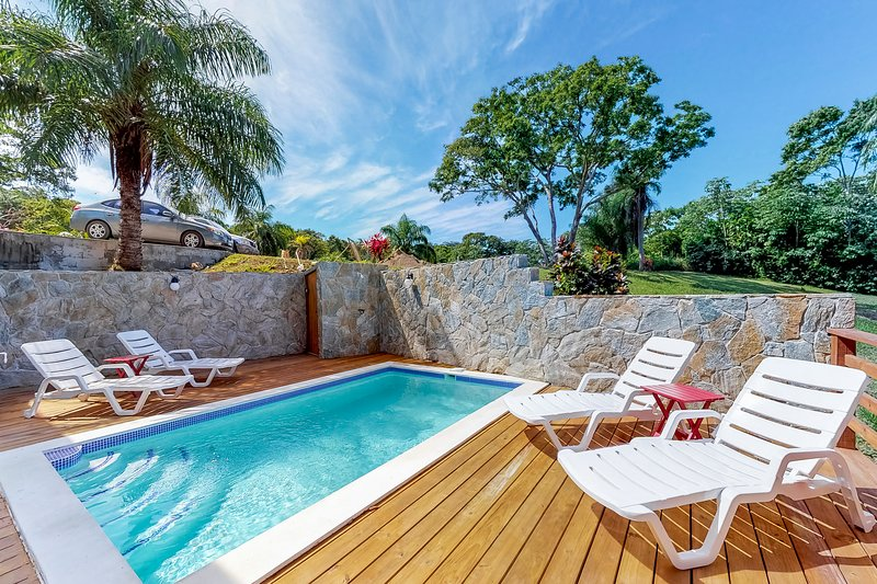 New, charming home w/ private pool & sea view - steps to Coral View Beach!, vacation rental in French Harbour