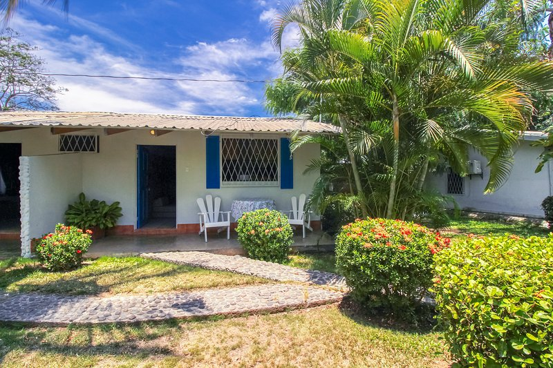 Inviting oceanfront villa w/ shared pool, gardens & beach access!, vacation rental in Puntarenas