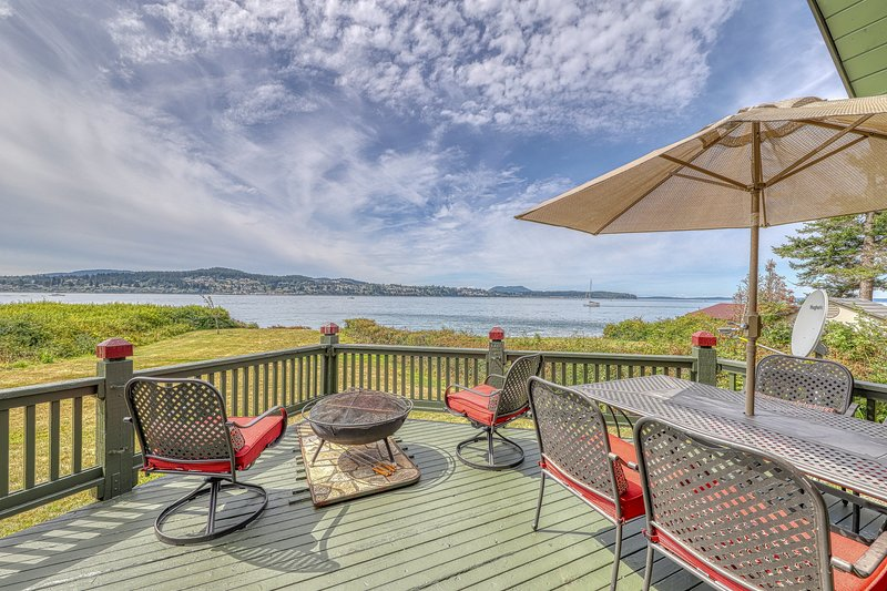 New listing! Dog-friendly, beachfront home w/firepit & breathtaking water views, vacation rental in Anacortes