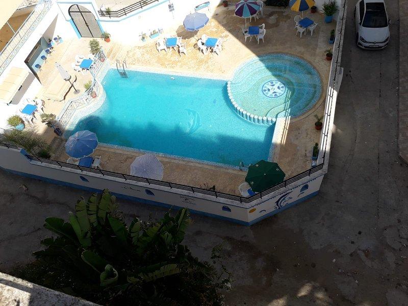 Spacious apartment with shared pool, alquiler de vacaciones en Arcila