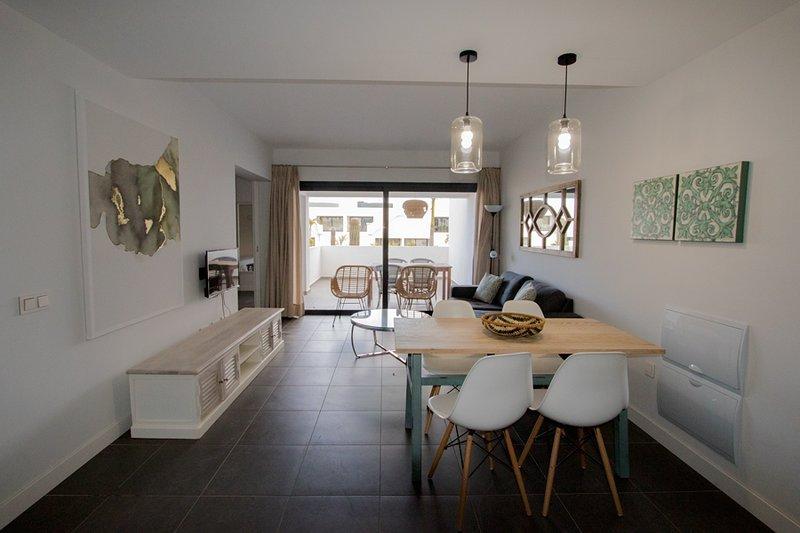 Decorazioni moderne e semplici in uno spazio che unisce la sala da pranzo e il soggiorno