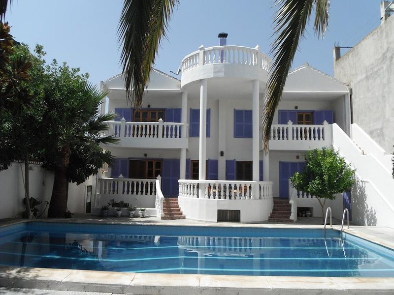 Big house with shared pool & Wifi, holiday rental in Niguelas