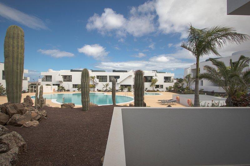 Vista sulla piscina e sui giardini dall'ampia terrazza